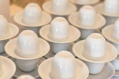 Много белая пустая подготовка кофейной чашки для перерыва на чашку кофе wedd Стоковые Изображения RF