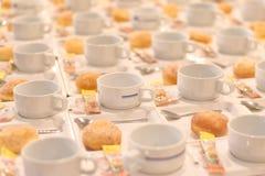 Много белая пустая подготовка кофейной чашки для перерыва на чашку кофе wedd Стоковое Изображение