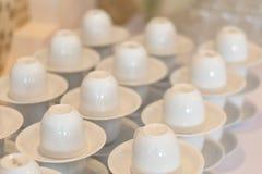 Много белая пустая подготовка кофейной чашки для перерыва на чашку кофе wedd Стоковое Изображение RF