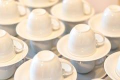 Много белая пустая подготовка кофейной чашки для перерыва на чашку кофе Стоковая Фотография