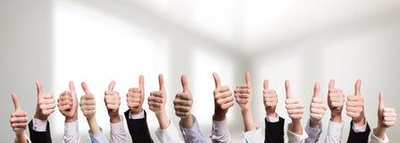 Много больших пальцев руки бизнесменов показывая согласие Стоковые Изображения