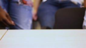 Много больших пальцев руки вверх на таблице сток-видео
