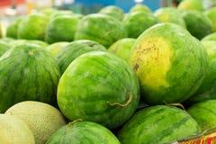 Много больших сладостных зеленых арбузов продают на рынке Местный органический рынок на тропическом Бали, Индонезии Предпосылка а Стоковые Изображения RF