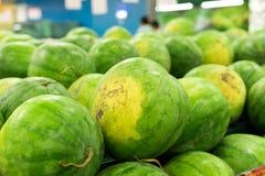 Много больших сладостных зеленых арбузов продают на рынке Местный органический рынок на тропическом Бали, Индонезии Предпосылка а Стоковое фото RF