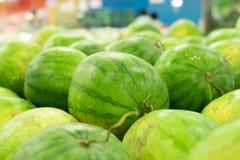 Много больших сладостных зеленых арбузов продают на рынке Местный органический рынок на тропическом Бали, Индонезии Предпосылка а Стоковое Изображение RF