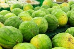 Много больших сладостных зеленых арбузов продают на рынке Местный органический рынок на тропическом Бали, Индонезии Предпосылка а Стоковое Фото