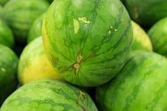 Много больших сладостных зеленых арбузов продают на рынке Местный органический рынок на тропическом Бали, Индонезии Предпосылка а Стоковая Фотография