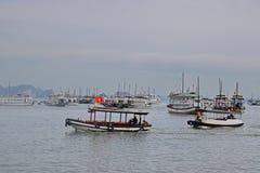 Много больших туристских шлюпок старья без ветрила разбросали на залив Halong с причала туриста Bai Chay Стоковое Фото
