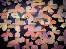 Много бумажных бабочек с темной деревянной предпосылкой стоковое фото rf