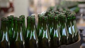 Много бутылок на конвейерной ленте сток-видео