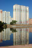 Много блока квартир над небом реки и ясности голубым Стоковые Фотографии RF