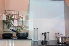 Много блюд штабелированных с kitchenware Стоковое Изображение RF