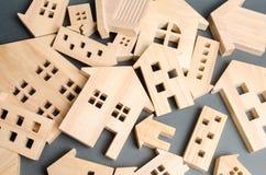 Много валить деревянных домов Разрушение домов в результате стихийного бедствия Поток Ураган Огонь Опасность emergency стоковая фотография rf
