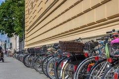 Много велосипедов на улице стоковое фото