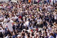 Много верных слушают к сборнику Domini отпразднованному Папой Francesco Bergoglio в Риме Стоковое Изображение RF