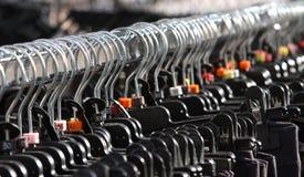 Много вешалки одежд и одежд для продажи Стоковая Фотография