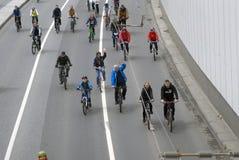 Много велосипедов езды людей в центре города Москвы Стоковая Фотография
