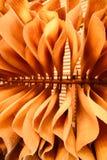 Много висеть резинового листа сухой на деревянном шкафе Теплый тон Предпосылки, текстура Отмелый dept поля Взгляд низкого угла стоковое фото rf
