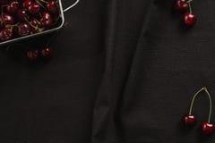 Много вишни на черной предпосылке, рамке конца-вверх Стоковые Изображения RF