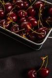 Много вишни на черной предпосылке, рамке конца-вверх Стоковое Фото