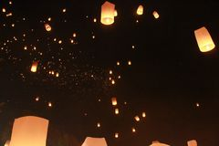 Много воздушный шар фонарика неба был выпущен в фестивале Loy Krathong Помолить для счастья В верьте буддизма стоковые изображения