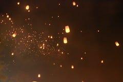 Много воздушный шар фонарика неба был выпущен в фестивале Loy Krathong Помолить для счастья В верьте буддизма стоковые изображения rf