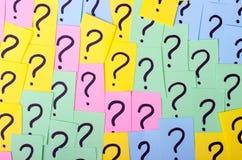 много вопросов слишком Куча красочных бумажных примечаний с вопросительными знаками closeup Стоковые Изображения RF