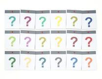 много вопросов слишком Куча красочных бумажных примечаний с вопросом Стоковые Изображения RF