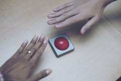 Много вручают самосхват для красной кнопки на деревянной таблице Стоковое Изображение RF