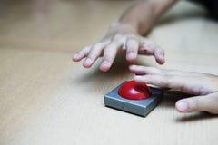 Много вручают самосхват для красной кнопки на деревянной таблице Стоковое Фото