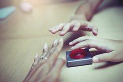 Много вручают самосхват для красной кнопки на деревянной таблице Стоковые Фото