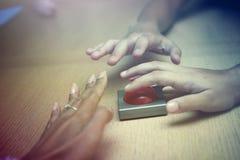 Много вручают самосхват для красной кнопки на деревянной таблице Стоковые Изображения