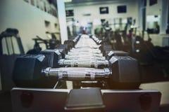 Много гантелей в центре фитнеса спорта Стоковое Изображение RF