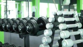 Много гантелей фитнеса в спортзале сток-видео