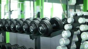 Много гантелей фитнеса в спортзале Стоковая Фотография RF