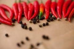 Много горячих красные перцы и перчинок Стоковые Изображения