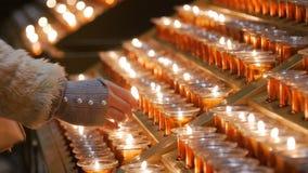Много горя свечи с малой глубиной поля стоковое изображение