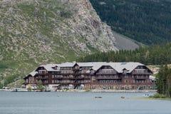 Много гостиница ледника через озеро Swiftcurrent Стоковое фото RF