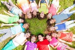 Много группы на траве Стоковые Изображения
