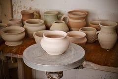 Много глиняный горшок на таблице Стоковая Фотография RF