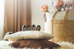 Много декоративные уютные подушки и ДОМ надписи стоковая фотография rf