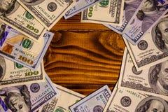 Много 100 долларовых банкнот на деревянном столе Стоковые Изображения RF