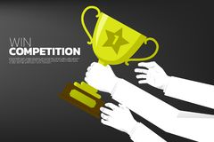 Много достигаемость руки бизнесмена к трофею победителя перед другой рукой иллюстрация штока