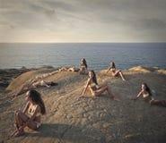 Много девушек на утесе Стоковое Фото