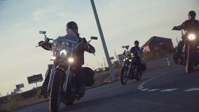 Много езда группы велосипедистов субкультуры на следе на солнечный летний день на изготовленных на заказ мотоциклах, широкомасшта видеоматериал