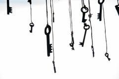 Много деревенских ключей вися на строке Селективный фокус изолировано Стоковое Изображение