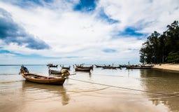 Много деревянная шлюпка на побережье стоковое фото rf