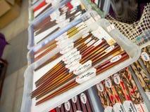 Много деревянных палочек в магазине Декоративные деревянные палочки Заполненный космос с палочками Куча палочек серия  Стоковые Фото