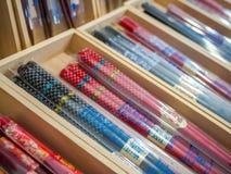 Много деревянных палочек в магазине Декоративные деревянные палочки Заполненный космос с палочками Куча палочек серия  Стоковые Изображения