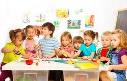Много детей рисуя и клея Стоковые Изображения RF